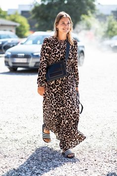 Take a look at the best Animal print dress in the photos below and get ideas for your outfits! Animal print dress, denim jacket and red chanel shoulder bag. Copenhagen Style, Copenhagen Fashion Week, Look Fashion, Womens Fashion, Fashion Trends, Fashion Bloggers, Street Fashion, Retro Fashion, Fashion Tips