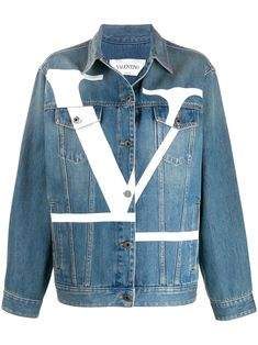 Shop online blue Valentino Deconstructed VLOGO denim jacket as well as new season, new arrivals daily. Valentino Garavani, Diy Upcycled Clothing No Sew, Ripped Jeans, Denim Jeans, Designer Denim Jacket, Bold Fashion, Fashion Design, Kpop Fashion, Versace
