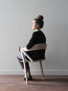 Benoit Malta, jeune designer fraichement diplômé de l'École Boulle, a créé Inactivité, une chaise à deux pieds. Le but de ce projet est d'éviter autant que