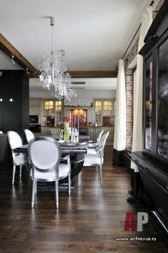 Дизайн интерьера двухэтажной квартиры в новостройке | Гостиная зона соседствует с кухней, оригинально встроенной в заранее подготовленную нишу. Кухонные фасады патинированы серебром. Витрина и стол изготовлены в столярных «Мастерская Вениамина Скальника»