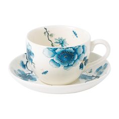 Bring a beautiful design to your afternoon tea tableware with the Blue Bird teacup & saucer from Wedgwood. Delightfully adorned with floral blooms and detailed birds, this set boasts a relaxing blue c
