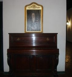 Piano de Camila O´Gorman y cuadro de la Vble. Paz y Figueroa. Santa Casa.
