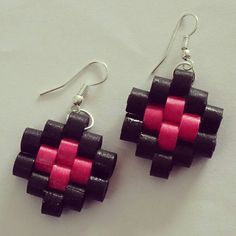 A very unique styled earrings made from Pink and Black quilling strips. Quilling Studs, Paper Quilling Earrings, Quilling Craft, Quilling Images, Paper Quilling Patterns, Make Paper Beads, How To Make Beads, Quiling Earings, Trending Crafts