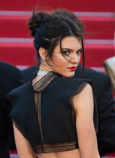 Kendall Jenner avec un chignon décoiffé