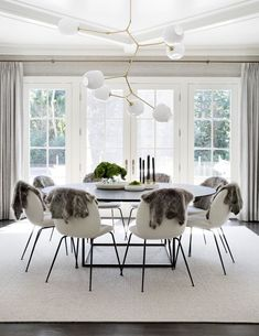 modern dining room design with round dining room table and modern dining room tables, modern white dining room chairs and modern globe dining room chandelier, neutral modern dining room decor Cream Dining Room, Dining Room Sets, Dining Room Table, Dining Chairs, Room Chairs, Kitchen Dining, Eames Chairs, Open Kitchen, Lounge Chairs