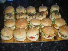 Aperitif dinner mini do-it-yourself hamburger Mini Hamburgers, Homemade Hamburgers, Burger Bread, Homemade Sandwich, Food Tags, Delicious Burgers, Quick Easy Meals, Finger Foods, Food Porn