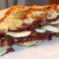 Decadence of sliced bananas and a spread of nutella chocolate on both waffles, then sandwich them and eat with a fork. What's For Breakfast, Breakfast Recipes, Dessert Recipes, Brunch Recipes, Yummy Recipes, Desserts, Nutella Waffles, Chocolate Waffles, Chocolate Food