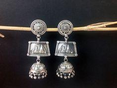 Pendientes etnicos de plata tradicionales de Rajhastan en India. Miden7 cm. de alto y en su parte mas ancha, 3 cm.