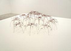Christiane Löhr, une artiste allemande, se passionne pour les graines, les plantes, l'herbe, les fleurs et les jeunes pousses pour réaliser de délicates et organiques sculptures. Elle empile, colle et positionne des pissenlits et des feuillages entre eux.