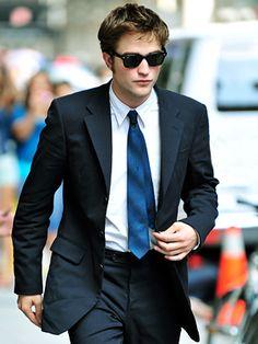 Quando você estiver de pé e relaxado (na postura em que você caminha), a ponta da gravata deve ficar na altura do furo do cinto. Saiba mais sobre como escolher e usar sua gravata em 21-graus.com