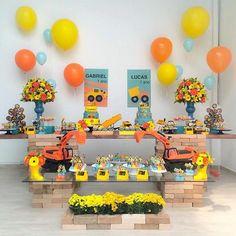 Festa linda e super charmosa para meninos: Construção por @spazioreale  #kikidsparty Construction Birthday Parties, Cars Birthday Parties, Construction Party, Birthday Celebration, November Birthday, Third Birthday, Baby Birthday, December, Digger Party