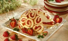 Erdbeer-Charlotte Rezept: Ein cremiges Dessert mit Erdbeeren zum Muttertag oder anderen Festen - Eins von 7.000 leckeren, gelingsicheren Rezepten von Dr. Oetker!