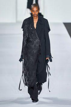 Ann Demeulemeester Fall 2019 Ready-to-Wear Fashion Show - Vogue Queer Fashion, Dark Fashion, Gothic Fashion, Womens Fashion, Ladies Fashion, Ann Demeulemeester, Vogue Paris, Mode Queer, Thrift Fashion