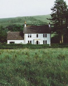 Pretty house in the countryside English Cottage, Cottage Shabby Chic, White Cottage, Beautiful Homes, Beautiful Places, Fresh Farmhouse, Green Rooms, English Countryside, Country Life