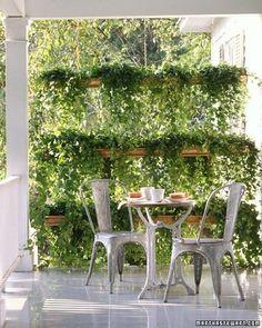 Le gutter gardening cela peut être déco avec plusieurs gouttières superposées et suspendues avec des câbles pour créer un mur végétal transparent et bon marché.