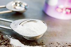 Dit is het verschil tussen baking soda en bakpoeder: Bijna iedereen kent de zakjes bakpoeder wel. Vaak heb je ze wel ergens verstopt in de keuken en heel soms tover je ze tevoorschijn als je iets wilt bakken en je ze nodig hebt volgens het recept. Nu bestaan er ook recepten waarin je baking soda moet gebruiken. Dat kan nogal verwarrend zijn. Is baking…