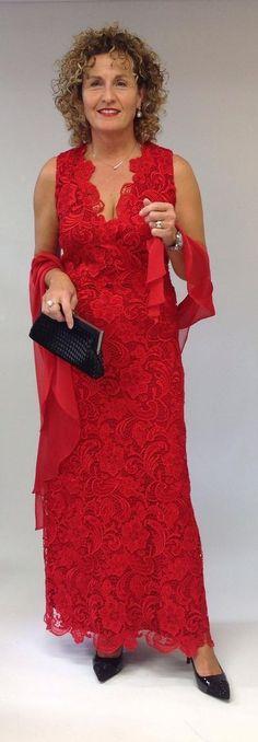 Das Maxikleid in roter Spitzenoptik kennt nur große Aufritte. Der raffiniert gearbeitete V-Ausschnitt und die schmale Silhouette ziehen die Augen auf sich. Mondäner Look für die ganz großen Gelegenheiten im Leben. Silhouette, Formal, Outfit, Fashion, Colors, Eyes, Clothing, Curve Dresses, Preppy