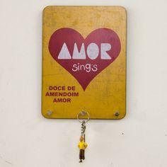 Designn Maniaa >> Porta Chaves ou Pano Amor >> porta chaves; porta pano de prato; retro; retrô; vintage; dulcora; paçoca amor; madeinbrazil; pascoa2016