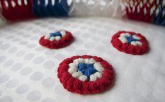Norwegian National Day crochet brooch - free pattern by Pickles Crochet Brooch, Crochet Buttons, Crochet Bracelet, Crochet Crowd, Free Crochet, Knit Crochet, Crochet Circles, Hair Ornaments, Crochet Patterns