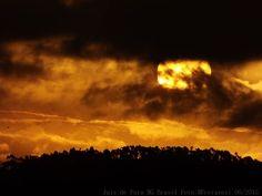 Pôr do sol entre as nuvens.