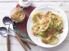 """Diese Spaghetti mit rotem Pesto aus getrockneten Tomaten und Mandeln sind extrem lecker und dabei kalorienmäßig eher """"schlank"""".."""