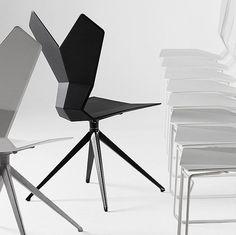 Der 'Y Chair' ist drehbar und die Schale besteht aus schwarzem glasfaserverstärktem Kunststoff. Hier entdecken und shoppen: http://sturbock.me/Z1T