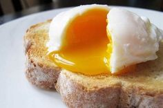 Julia Child's Brilliant Trick for Perfectly Poached Eggs – Incredible Recipes How To Make A Poached Egg, Perfect Poached Eggs, How To Cook Eggs, Perfect Eggs, Easy Poached Eggs, Best Breakfast, Breakfast Recipes, Morning Breakfast, Brunch Recipes