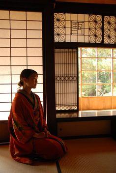 The varying screens create depth and interest. Japanese Style House, Japanese Modern, Japanese Design, Japanese Culture, Chinese Interior, Japanese Interior, Geisha, Washitsu, Japan Architecture