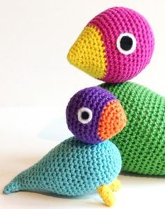 Free recipe for the popular crochet Kay Bojesen bird. Find it and many others at Danske Crochet Recipes Crochet Birds, Crochet For Kids, Crochet Animals, Diy Crochet, Crochet Toys, Crochet Baby, Crochet Beanie Pattern, Crochet Patterns, Baby Crafts