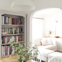 Aaaand it's Friday... Well done everyone! 🎉☕️💐 #livingroom #instadeco #instainteriors #instahome #livingroomdecor #readingnook #savouringhappiness #fridayfeeling #countryliving #countrystyle #books #cowparsley #fromthearchives #stylemadesimple