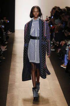 New York Fashion Week Report: Folkloristische Elemente und hochgeschlossene Rollkragen sind essentielle Elemente der Herbst/Winter-Kollektion 2015 von BCBG Max Azria. Mit Rot, Orange und Blau werden Akzente gesetzt.