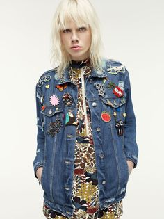 Spanish fashion brand Zara is bringing a new spin on grunge with a new trend guide featuring its TRF line. Called 'A New Grunge', the images rework grunge… Grunge Fashion, Denim Fashion, 90s Fashion, Fashion Trends, Fashion Tag, Style Année 90, Mode Style, Style Grunge, Soft Grunge