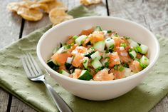 Smoked Salmon Salad A healthy salad that makes a great main plate, a light lunch or a delicious appetizer. Quinoa, Feta, Healthy Salads, Healthy Recipes, Smoked Salmon Salad, Salmon Dinner, Fish And Chips, Cottage Cheese, Yummy Appetizers