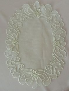 Kordon işi anglez örtü Brother Innovis, Romanian Lace, Burlap Table Runners, Flower Embroidery Designs, Point Lace, Arte Popular, Irish Crochet, Flower Crafts, Macrame