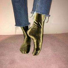I have this thing with cropped jeans, but in winter I also have this thing with cold feet, so I can't show off my ankles. But not randoms socks, I'm talking about those striking handmade velvet(!) beauties by Simone Wild. Look Fashion, Womens Fashion, Fashion Trends, Velvet Socks, Mein Style, Mode Inspiration, Mode Outfits, Fashion Weeks, Sock Shoes