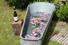 Zur Abkühlung ein Rosen-/Kräuterbad im Freien, mit Regendusche