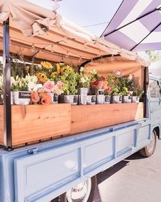 WEBSTA If this adorable flower truck doesn't brighten your Flower Truck, Flower Car, Flower Studio, Farm Stand, Truck Design, Flower Aesthetic, Farm Gardens, Hello Gorgeous, Flowers Nature