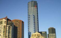 Da una parte all'altra del globo per due sfide, vinte, alle leggi della natura. La prima, in Australia, nei confronti della gravità; la seconda, in Messico, contro la potenza distruttiva di fenomeni imprevedibili e incontrollabili. Appuntamento con l'estremo nelle nuove puntate di Vertical City, la serie che entra nel cuore dei palazzi e dei grattacieli più importanti del mondo; svelando meraviglie architettoniche e autentici prodigi dell'ingegneria.
