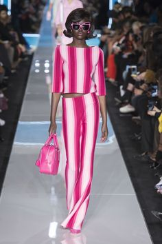 Moschino Fall 2018 Ready-to-Wear Fashion Show Collection: See the complete Moschino Fall 2018 Ready-to-Wear collection. Look 35 Black Women Fashion, Pink Fashion, Fashion 2018, Runway Fashion, Fashion Trends, Moschino, Rosa Style, Mode Rose, Milano Fashion Week