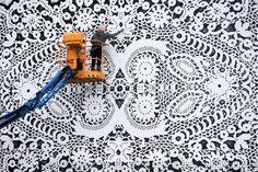 Кружево городских джунглей / Городская среда (граффити, снеговики, ets) / ВТОРАЯ УЛИЦА - Выкройки, мода и современное рукоделие и DIY Graffiti, Lace Art, Positive Art, Artistic Installation, Colossal Art, Linen Spray, Lace Patterns, Street Artists, Magazine Art