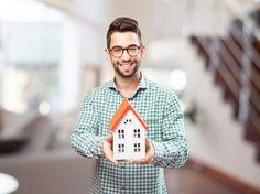 Счастливый человек с миниатюрой своем будущем доме фото