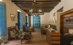 El Hotel Comendador, excepcional por la intimidad y el silencio que ofrecen sus espacios interiores, resulta excelente para el retiro y la meditación. Su arquitectura semeja las casas hispano-mudéjares más antiguas de la ciudad, con su acceso acodado a uno de sus extremos.
