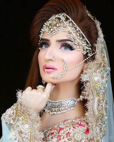 Kashee's makeup and Bridal Boutique Indian Muslim Bride, Muslim Brides, Pakistani Wedding Outfits, Bridal Outfits, Elegant Wedding Hair, Wedding Wear, Wedding Dresses, Pakistan Bride, Bridal Hair Buns