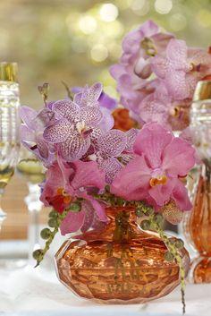 Arranjos florais com orquídeas vanda em diversas cores, criados pela Milplantas em vasos Murano exclusivos de Tania Bulhões