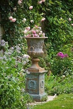 The definitive guide to classic French garden pots, planters, urns & olive jars Medici urn elegant chateau urn Formal Gardens, Outdoor Gardens, Outdoor Garden Statues, Olive Jar, Urn Planters, Porch Planter, Planter Ideas, Pot Jardin, Garden Urns
