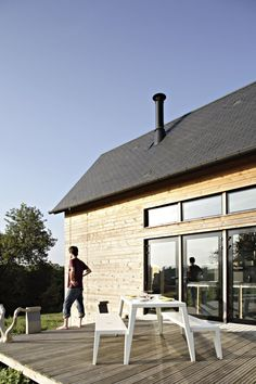 barn-style-weekend-cabin-embraces-simple-life-3a-site.jpg