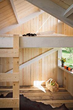 Das Architektenpärchen Anna & Eugeni Bach versprach ihren zwei Kindern ein Spielhaus, das sie auf dem Anwesen der Großeltern in Finnland errichteten.  Die Struktur des kleinen Baus ist recht simpel, sie besteht aus einem sich wiederholenden Modul aus zwei entgegengesetzten Formen. Eines der beiden Teile ist so ausgerichtet, dass ein Erwachsener es im Stehen betreten kann. Das andere Modul hat zwei Ebenen, die über eine einfache Leiter verbunden sind. Das Innere gliedert sich in die Bereic...