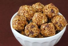 No Bake Energy Bites - My favorite snack ever! So healthy! No-Bake Energy Bites 1 cup (dry) oatmeal cup chocolate chips cup peanut butter cup ground flaxseed cup honey 1 tsp. I Love Food, Good Food, Yummy Food, Office Food, No Bake Energy Bites, Energy Balls, Power Balls, Great Recipes, Favorite Recipes