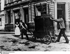 BERLIN 1900. Umzug der armen Leute: Mühsamer Möbeltransport mit einem Leiterwagen. Heinrich-Zille-Fotografie