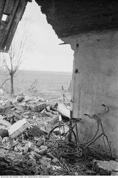 Beschadigd huis met fiets na de watersnoodramp, Zeeland (1953) Fotograaf: Ed van der Elsken